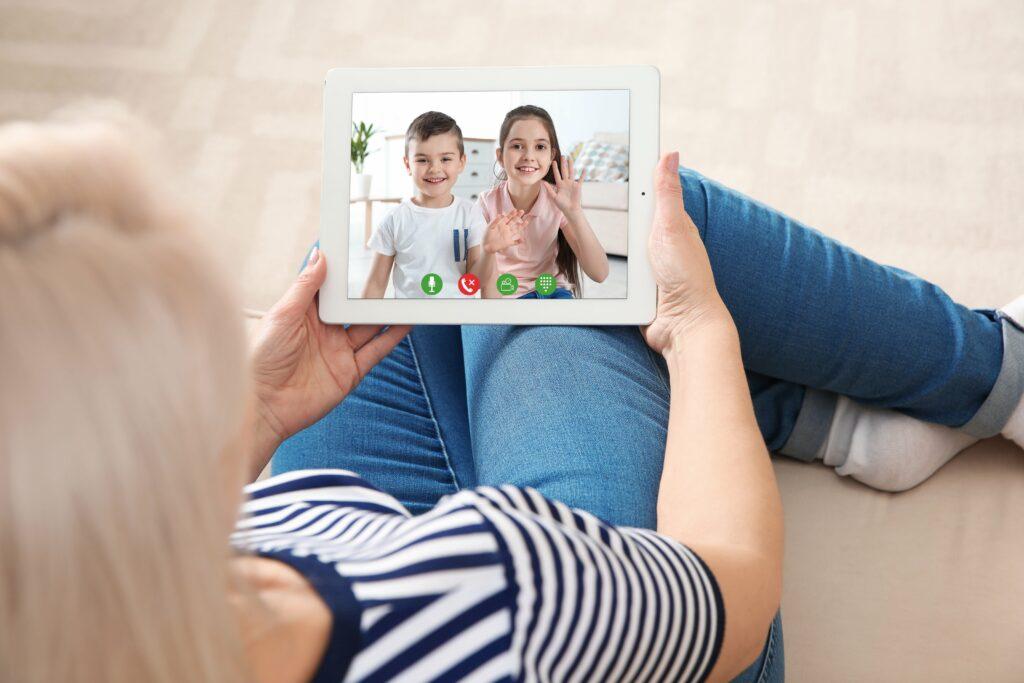 Echangez par appels vidéos ou emails sur votre tablette tactile ardoiz