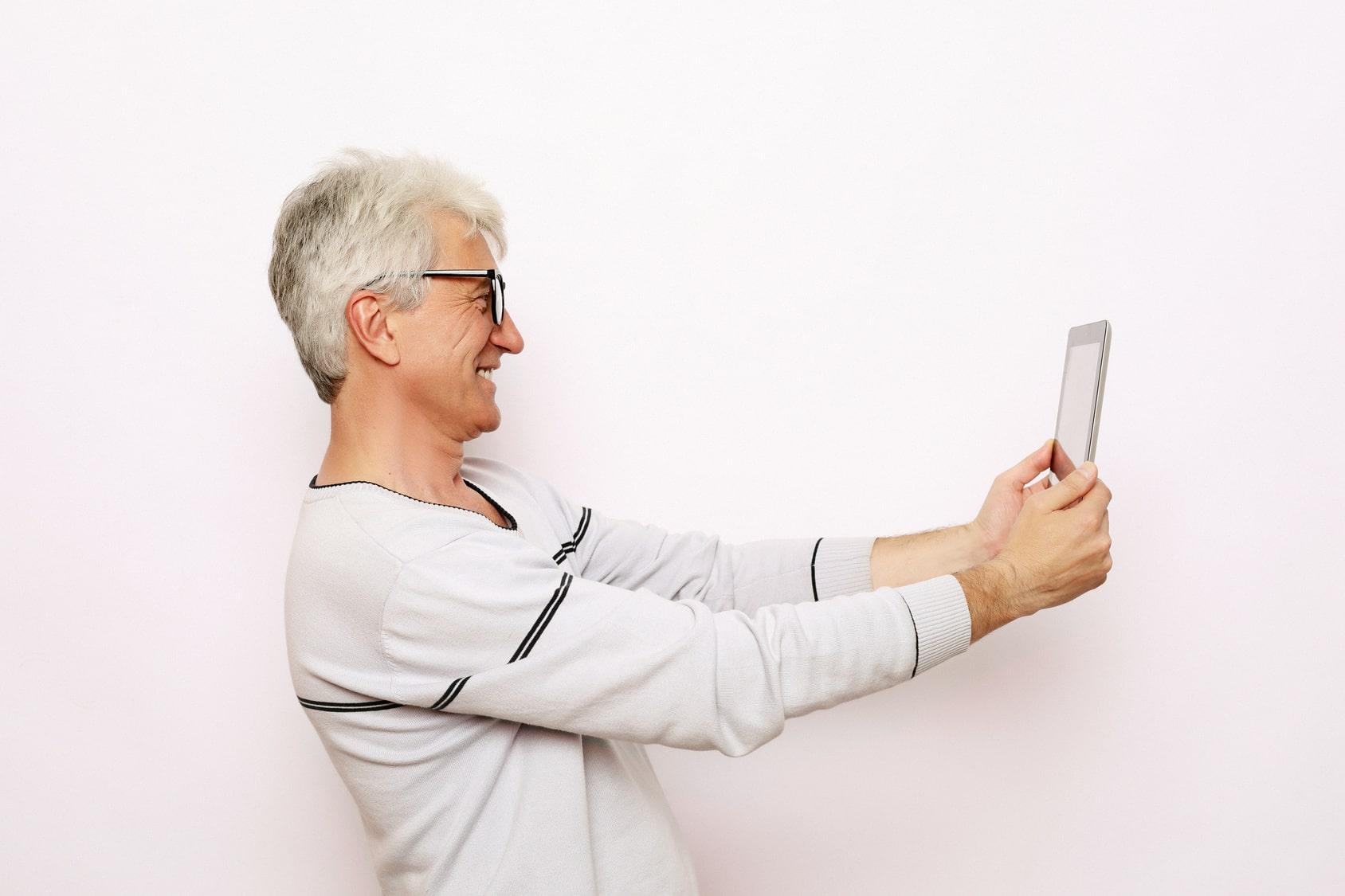 Se divertir en toute simplicité avec la tablette pour personne âgée ardoiz