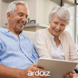 Un couple de senior utilisant leur tablette numérique ardoiz