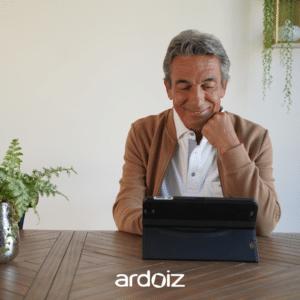 Homme qui regarde sa tablette ardoiz